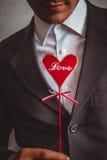 Hombre romántico en traje con el corazón, amor de la inscripción Imagen de archivo
