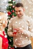 Hombre romántico que propone a una mujer Fotos de archivo libres de regalías