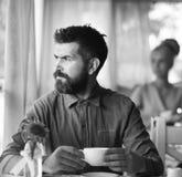 Hombre romántico y muchacha linda encendido detrás del tener una rotura El hombre con la barba sostiene la taza de bebida calient imagen de archivo libre de regalías