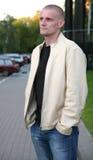 Hombre rubio al aire libre Fotos de archivo