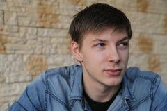 Hombre rubio atractivo distraído de los ojos azules, daydrea Imagen de archivo
