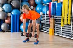 Hombre rubio del deadlift de la pesa de gimnasia en el levantamiento de pesas del gimnasio Fotos de archivo
