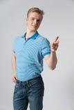 Hombre rubio joven en camisa azul Imagen de archivo