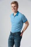 Hombre rubio joven en camisa azul Fotografía de archivo