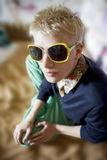 Hombre rubio joven en vidrios de la sol Fotografía de archivo libre de regalías