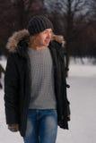 Hombre rubio joven que camina en parque del invierno Fotos de archivo libres de regalías