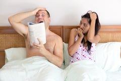 Hombre ruidoso en cama Fotos de archivo libres de regalías