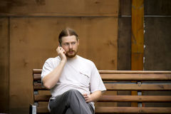 Hombre ruso que habla en el teléfono foto de archivo