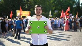 hombre 20s en una reunión política Rebelde de la protesta de la gente en la cámara lenta de la reunión metrajes