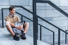 Hombre saliente que localiza en el piso al aire libre Fotografía de archivo