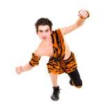 Hombre salvaje que desgasta una presentación de la piel del tigre Foto de archivo