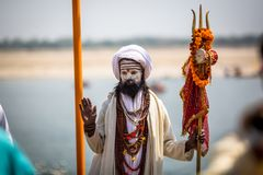 Hombre santo de Sadhu en los ghats del río de Ganga Varanasi es la mayoría de los sitios importantes del peregrinaje en la India Fotografía de archivo