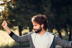 Hombre satisfecho joven en portrair del bosque imagenes de archivo