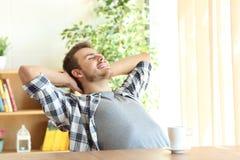 Hombre satisfecho que se relaja en casa Fotografía de archivo libre de regalías