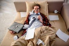 Hombre sereno que tiene siesta en el sofá Fotos de archivo libres de regalías