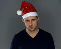 Hombre serio adulto en sombrero de la Navidad Fotos de archivo libres de regalías