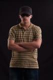 Hombre serio con las gafas de sol y los brazos cruzados Fotografía de archivo libre de regalías