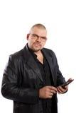 Hombre serio con PC de la tableta Fotos de archivo libres de regalías