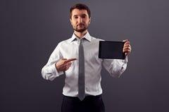 Hombre en desgaste formal que señala el dedo Imagen de archivo