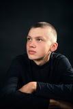 Hombre serio joven en la ropa negra Imagen de archivo libre de regalías
