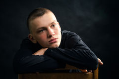 Hombre serio, joven en la ropa negra Imagen de archivo libre de regalías