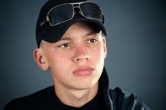 Hombre serio, joven en la ropa negra fotos de archivo libres de regalías