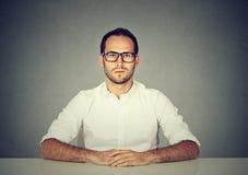 Hombre serio profesional en vidrios fotografía de archivo