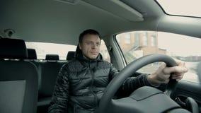 Hombre serio que conduce un coche almacen de video