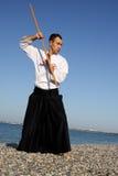 Hombre serio que ejercita aikido Fotografía de archivo libre de regalías