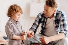 Hombre serio que habla con su pequeño hijo imagenes de archivo
