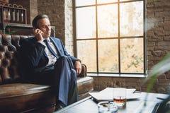 Hombre serio que habla en el teléfono Fotos de archivo