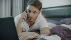 Hombre serio que llama el teléfono en casa Persona masculina usando el teléfono móvil almacen de metraje de vídeo