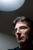 Hombre severo bajo luz Fotos de archivo libres de regalías