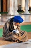 Hombre sikh que ruega en templo de oro en la madrugada amritsar La India Fotografía de archivo libre de regalías