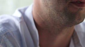 Hombre sin afeitar en primer de discurso de la camisa blanca almacen de video