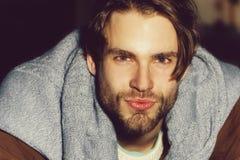 Hombre sin afeitar hermoso con la barba o machista atractivo, cauc?sico imagen de archivo