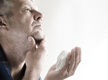 Hombre sin afeitar maduro que se prepara para afeitar Fotografía de archivo