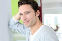 Hombre sin afeitar que se coloca en casa Imagen de archivo