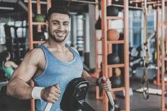 Hombre sin afeitar saliente que toma ejercicio en gimnasio Imágenes de archivo libres de regalías