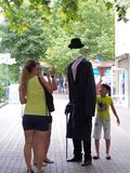 Hombre sin cabeza en parque de atracciones imágenes de archivo libres de regalías
