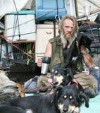 Hombre sin hogar con el gato y los perros Imagenes de archivo