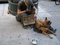 Hombre sin hogar con el perro Foto de archivo libre de regalías