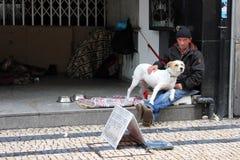 Hombre sin hogar con su perro fotografía de archivo libre de regalías