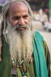 Hombre sin hogar en barba larga Imagenes de archivo