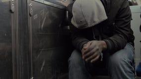 Hombre sin hogar en cara de ocultación del metro debajo de la capilla almacen de metraje de vídeo