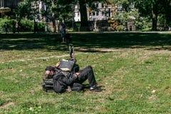 Hombre sin hogar en Central Park en Nueva York foto de archivo