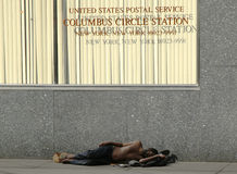 Hombre sin hogar en Columbus Circle en Midtown Manhattan Foto de archivo libre de regalías