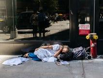 Hombre sin hogar en Nueva York fotografía de archivo libre de regalías