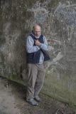 Hombre sin hogar maduro que se coloca al aire libre Imágenes de archivo libres de regalías