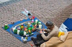 Hombre sin hogar (mendigo) que se sienta en la calle y que pide ayuda Frankfurt-am-Main, Alemania - 5 de julio de 2015 Fotos de archivo